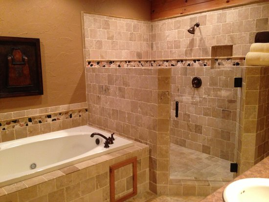 Serenity in the Mountains Luxury Suites: The bathroom is amazing
