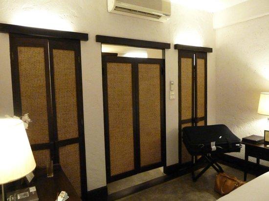 Tamarind Village: Lanna Deluxe entrance to bathroom