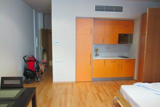 Aparthotel Wellness: Apartment - kitchenette (fridge in cupboard)