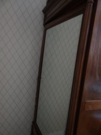 Hotel Vendome: Guarda roupa na entrada do quarto com espelho.