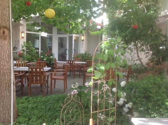 Hotel Hirsch: outdoor dining area
