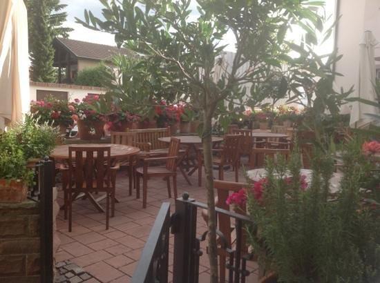 Hotel Hirsch: outdoor dinning area