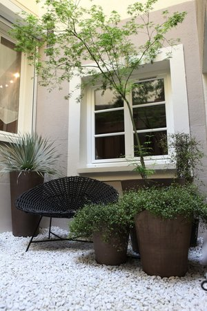 Louison Hotel: NEW Courtyard