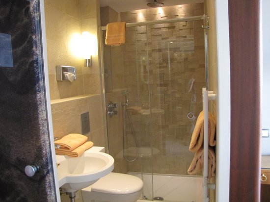 Hotel France et Chateaubriand: Updated bathroom