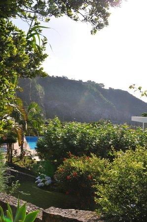 Quinta do Mar: parc piscine et falaises