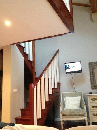 Apartamentos Cruceiro Do Galo : escalera en el interior de la habitación