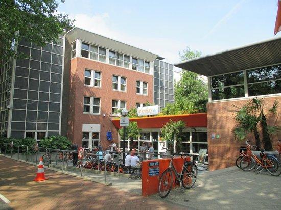 Stayokay Hostel Amsterdam Vondelpark : The Entrance from the park