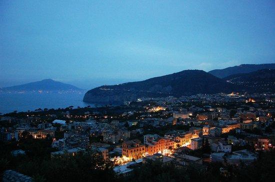 Art Hotel Gran Paradiso: Vista nocturna desde la terraza donde está la pileta!