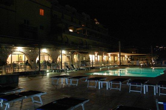 Art Hotel Gran Paradiso: Pileta de noche