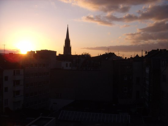 Ibis Köln Centrum Hotel: Vista da janela do meu quarto com a Catedral