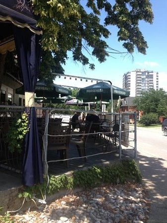 Bubi's Awesome Eats: outdoor seating