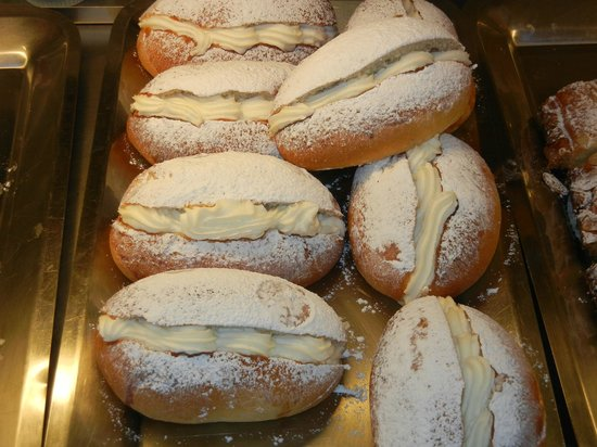 Bar Pasticceria Piccioli: Luscious cream filled doughnuts