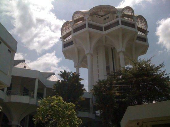 Kuching Civic Centre: 下からの様子