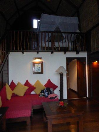 Naya Gawana Resort & Spa: salon et chambre en hauteur