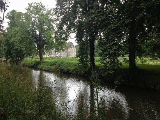 Chateau de Saint-Loup: canal