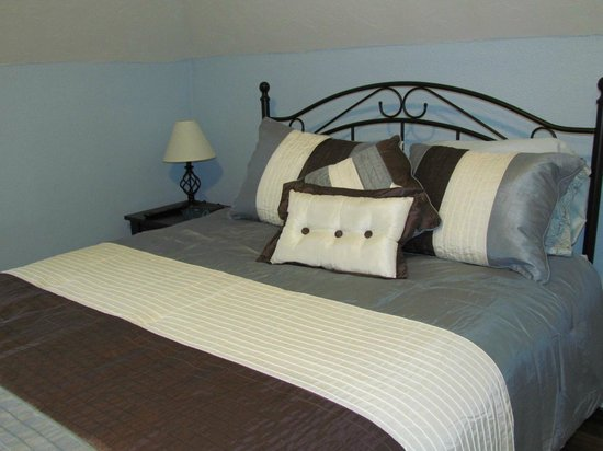 Waterside Executive Suites : Bedroom with queen size bed. Each room has a flat screen TV