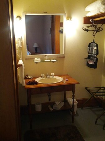 McCloud Hotel : Bathroom in room 105