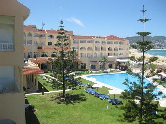 Mehari Tabarka : Vista dalla camera di albergo e piscina