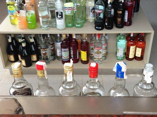 Hipotels Mediterraneo Club : Muestra de las marcas de las bebidas del Todo Incluido
