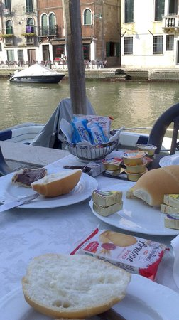 Hotel Ca' Dogaressa: Desayuno junto al canal.