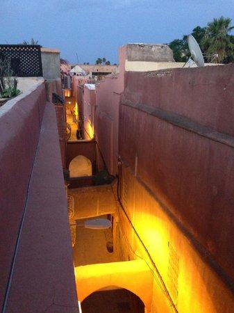 Riad 34: La rue depuis la terrasse