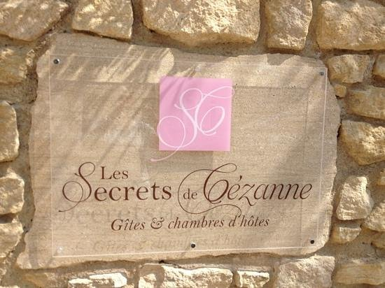 Les Secrets de Cezanne: sign identifying location on side street