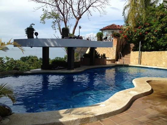 La Mansion Inn: Pool with ocean view, bar, dining options.