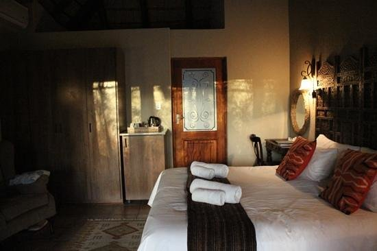La Kruger Lifestyle Lodge: view of the room and bathroom door