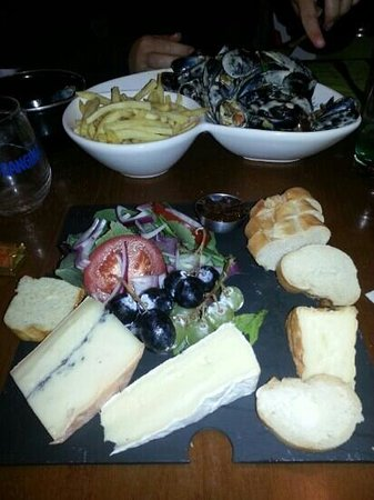Le Brasserie de la Cour: tasty muscles and cheese board