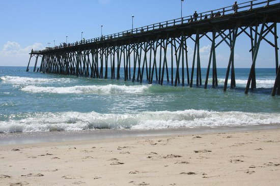 Palm Air Cottages: The Kure Beach Pier within walking distance of our room