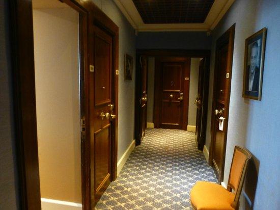 Hotel Splendid: Коридорчик, где двери в номера не закрываются
