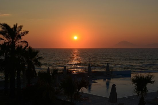 Grecotel Olympia Riviera Thalasso: sunset view from restaurant