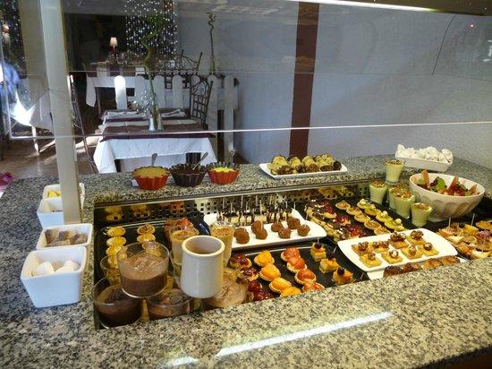 Logis Auberge Du Chateau: buffet de desserts