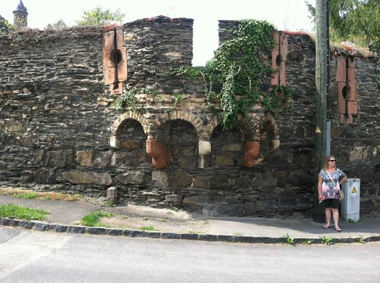 Hotel Bacharacher Hof: Part of the old wall around the city with its defensive archer ports still intact.