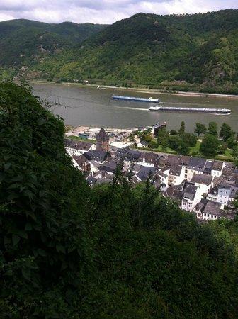 Hotel Bacharacher Hof: Taken from the church gothic church ruins, looking down at the Rhein.