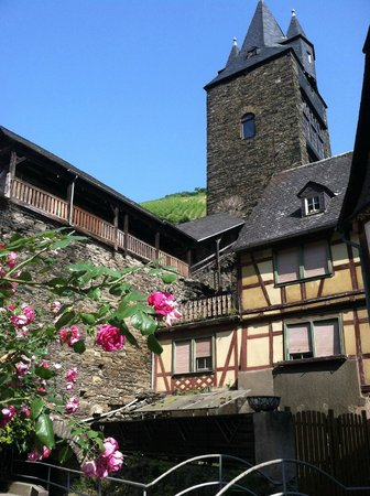 Hotel Bacharacher Hof: Part of the old wall and a watch tower.