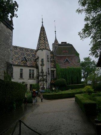 Château De La Rochepot : Chateau de La Rochepot Court