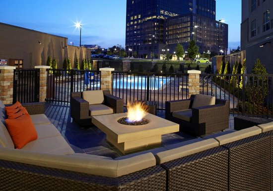 Hyatt House Raleigh North Hills: Outdoor Patio with Fire Pit