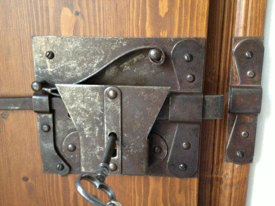 La Locanda del Borgo: The bedroom door lock