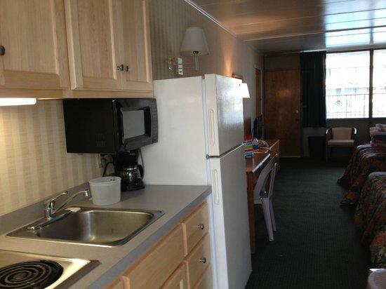 The Beachmark Motel: Kitchen area
