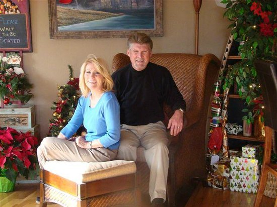 PJ's Bed and Breakfast Lodge: Owners - Les & JUlie Stevens