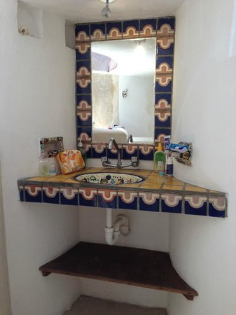 Amaranto Bed and Breakfast: Bathroom sink with beautiful tiles.