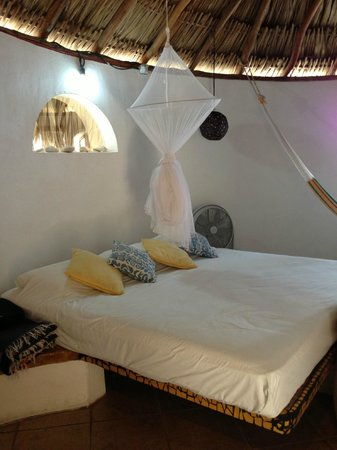 Amaranto Bed and Breakfast : The mosquito net is long and covers the entire bed.