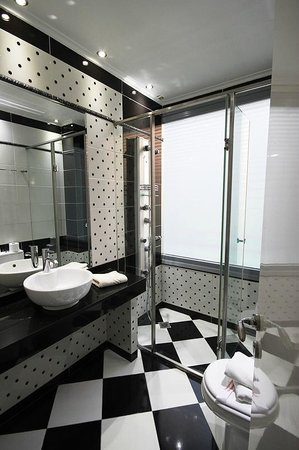 Athens Diamond Homtel: Clean bathroom