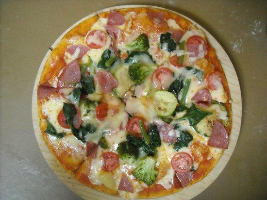 Restaurante Pizzeria Napoli : Pizza combinada vegetariana con salame
