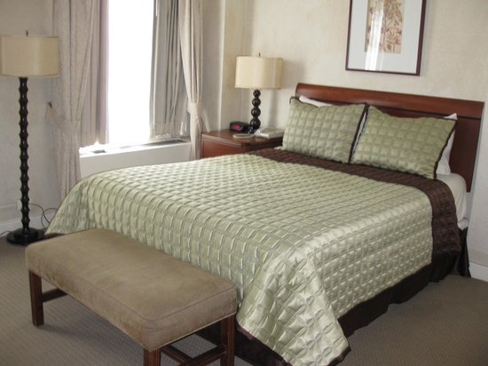 Hotel Edison Times Square : Hard queen bed