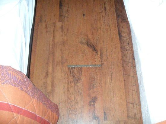 Hotel Acapella: parquet chambre confort ou nichoir a poussiere