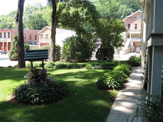 Greenbriar Country Inn & Suites: Garden area