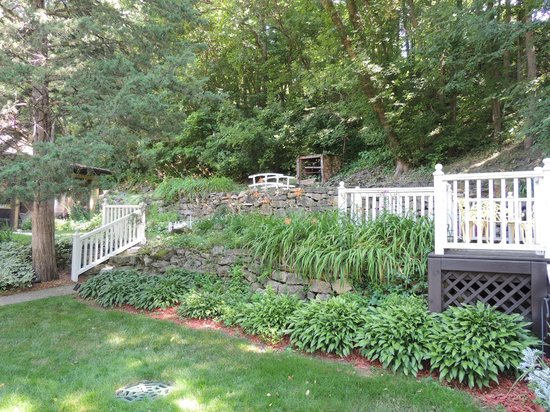 Greenbriar Country Inn & Suites: Back garden area