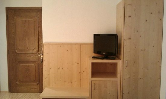 Hotel Garni Das Zentrum: Entrance door, TV and wardrobe
